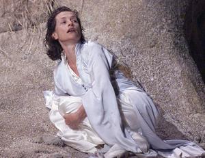 Isabelle Huppert dans une mise en scène de «Médée» dans la cour d'honneur du Palais des Papes à Avignon (2000).