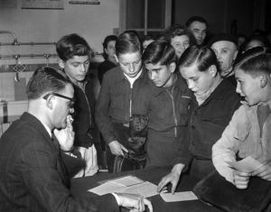 Accueil des élèves dans une école de garçons à Paris en 1948.