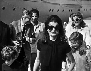 Jackie Bouvier Kennedy avec ses enfants John Fitzgerald Kennedy Jr (dit John-John) et Caroline Kennedy devant le yacht «Christina», la veille de son mariage avec Aristote Onassis.