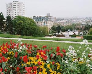 Au milieu des massifs de fleurs, la vue sur l'Est parisien!