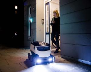 Parmi les principales nouveautés high-tech attendues l'an prochain, les robots de livraison autonomes, comme celui utilisé jour et nuit par le restaurant Dominos Pizza de Hambourg.