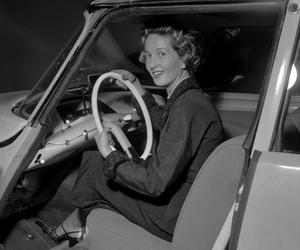 Une visiteuse essayant la nouvelle Citroën au salon de l'automobile en octobre 1955 à Paris.