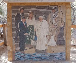 Jean-Paul II représenté en mosaïques avec le roi et la reine de Jordanie. DR