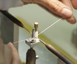 Fabriquer un stent demande «une minutie comparable à la couture ou à la bijouterie», explique Zhora, diplômée de haute couture, employée chez Balt.