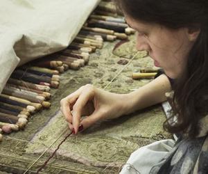 Restauration de tapisserie dans les ateliers du Mobilier national.