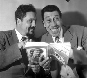 Alain Bombard en compagnie de Fernandel, lisant son livre «Naufragé volontaire» en 1953.