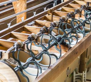 WATABUN - Cette manufacture plus que centenaire, dirigée par le jeune Hiroaki Ohno, est un des plus fameux noms à Kyoto pour la fabrication des kimonos. Sur les machines à tisser traditionnelles, les ouvriers donnent vie à des motifs jacquard chatoyants.