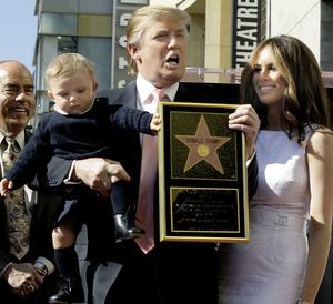 Donald Trump inaugure son étoile en 2007 avec sa femme Melania et son fils Barron.