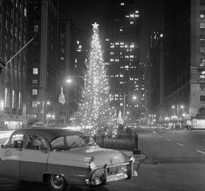 Décorations de Noël sur Park Avenue à New-York en 1956.