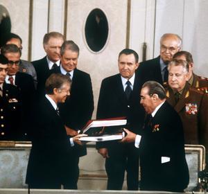 Le président américain Jimmy Carter et le dirigeant soviétique Leonid Brejnev lors de la signature de l'accord Salt II le 18 juin 1979.