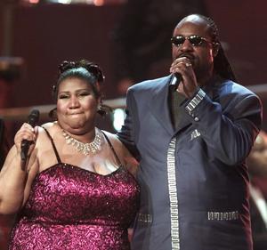 Aretha Franklin chante avec Stevie Wonder lors de la finale du «VH1 Divas 2001: The One and Only Aretha Franklin» à New York.