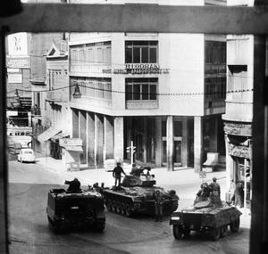 Les blindés patrouillent dans les rues d'Athènes le 22 avril 1967.