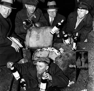 Prohibition: des bouteilles d'alcool trouvées par des policiers en civil lors d'une descente dans un bar clandestin en 1932.
