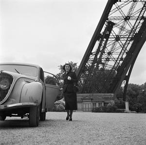 Edmonde Charles-Roux, rédactrice en chef de l'édition française de «Vogue», devant la tour Eiffel, dans les années 50.