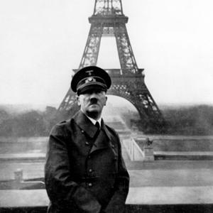 Hitler prend la pose devant la tour Eiffel le 23 juin 1940.