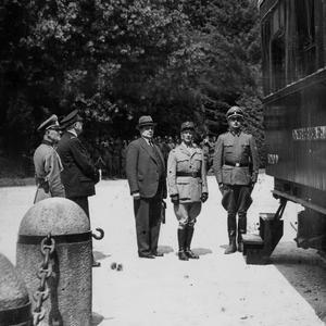 La délégation française de gauche à droite: des soldats allemands encadrent, le général Jean Bergeret, l'ambassadeur Léon Noël et le général Charles Huntziger.