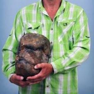 Todd May pose fièrement avec ce qu'il estime être le crâne de Bigfoot.