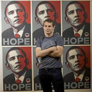 L'artiste Shepard Fairey devant son poster