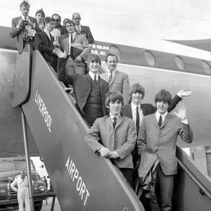 Quelques jours après la première du film «A Hard Day's Night», les enfants chéris de Liverpool sont de retour dans leur ville: leur triomphe est sans précédent.