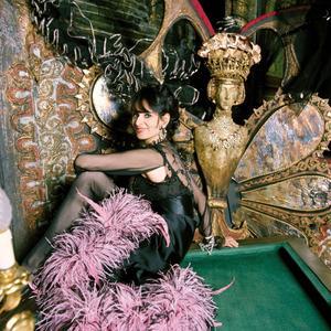 Barbara, en 1970, campe unetenancière demaison close dans la pièce <i>Madame, </i>au Théâtre de la Renaissance, àParis.