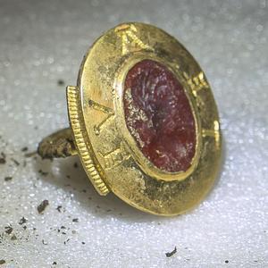 L'anneau sigillaire en or marqué «Avete».