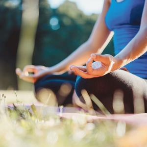 Une séance de yoga pour commencer la journée sans stress.