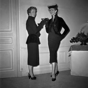 Le 19 septembre 1952, Danielle Darrieux à la présentation de la nouvelle création de Paulette Coquatrix, un temps costumière, dont les robes portaient des noms de théâtre.