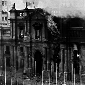 Le palais de la Moneda, le 11 septembre 1973, après avoir été bonmabrdé lors du putsch dirigé par le général Pinochet.