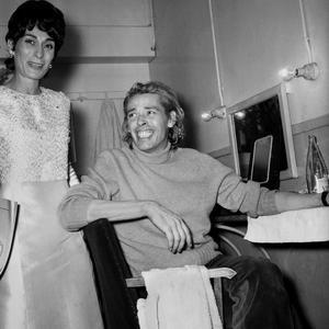 Jacques Brel dans sa loge lors de la première de la comédie musicale «L'homme de la Mancha» au théâtre des Champs-Élysées à Paris, le 10 décembre 1968.