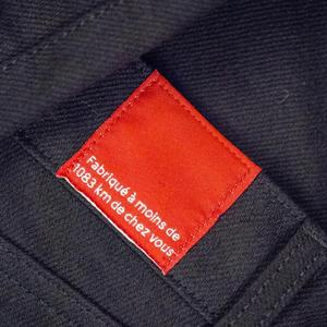 Sur chaque vêtement qui sort de ses ateliers Thomas Huriez fait coudre une étiquette sur laquelle est inscrit «Fabriqué à mois de 1083 kilomètres de chez vous».