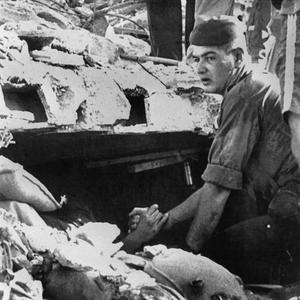 Un soldat français tient la main d'un autre soldat français pris au piège dans les décombres du bâtiment «Drakkar» à Beyrouth, après l' attentat-suicide du 23 octobre 1983.