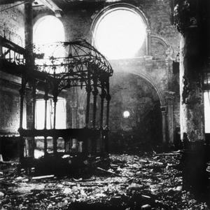 Après la Nuit de Cristal, 9-10 novembre 1938: intérieur d'une synagogue détruite en Allemagne.