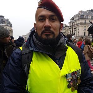 Anthony est venu avec ses décorations militaires.