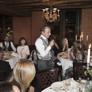 Michel Houellebecq, le soir de son mariage, au restaurant Lapérouse, fredonnant <i>Le Sud</i> de Nino Ferrer. Derrière lui, sa femme Lysis, et Frédéric Beigbeder.