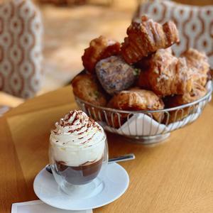 Infiniment chocolat, le chocolat chaud selon Pierre Hermé (VIIe).