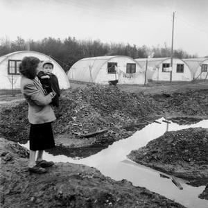 Campement de fortune dont la réalisation fut entreprise dans la région parisienne par l'abbé Pierre l'hiver 1954.