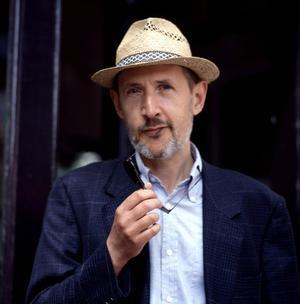Romancier et biographe, auteur entre autres de <i>La Gare de Wannsee</i> (Grand prix du roman de l'Académie française en 1988), François-Olivier Rousseau est également scénariste.