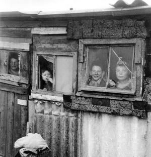 Enfants dans un campement de fortune, rmis en place par l' abbé Pierre, à Noisy-le-Grand dans la région parisienne, pendant l'hiver 1954.