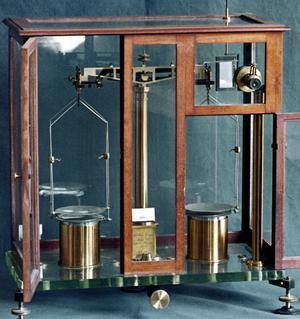 La balance de précision apériodique de Pierre et Marie Curie, servant à mesurer la radioactivite naturelle.
