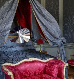 Suspension Mariposa, en inox et verre satiné, collection Globe-Trotter, design Marcel Wanders, Roche Bobois.