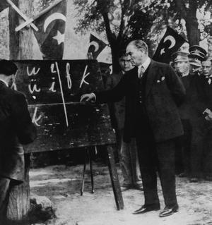 Mustafa Kemal Atatürk (1881-1938) président de la République turque, ayant décrété la suppression des caractères arabes en avril 1928 donne à Sivas (Anatolie) une leçon d'écriture suivant l'alphabet latin.
