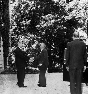 Poignée de mains chaleureuse lors de l'arrivée d'Adenauer à Colombey en 1958.