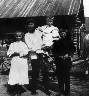 Raspoutine et ses trois enfants dans son village natal en Sibérie.