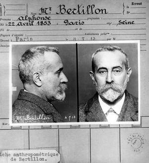 Fiche anthropométrique représentant Alphonse Bertillon.