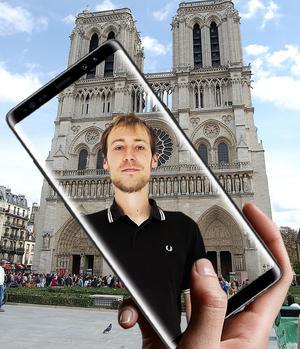 Paul, le guide de l'appli, apparaît devant le monument où l'on se trouve.
