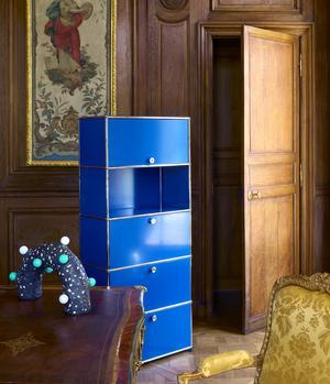 Secrétaire Haller E 4 portes, en métal et acier, existe en 14 couleurs, USM. Lampe Céleste, en résine acrylique, design Vincent Loiret, édité par Playground Editions, pièce numérotée, Boutique À Rebours.