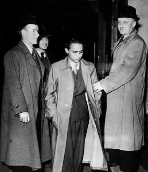 Au centre Herschel Grynszpan lors de son arrestation le 7 novembre 1938 à la suite de l'assassinat du diplomate allemand Ernst vom Rath à Paris. Ce meurtre servit de pretexte aux nazis pour déclencher la Nuit de Cristal.
