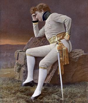 Sarah Bernhardt (1844-1923) dans le rôle du duc de Reichstadt dans la pièce de théâtre «L'Aiglon» d'Edmond Rostand. Photo extraite du journal «Le théâtre» en 1900.