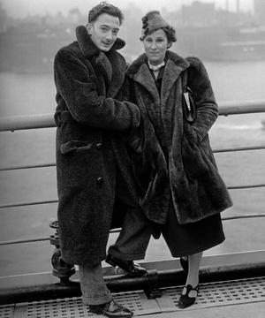 Le peintre Salvator Dali et sa muse Gala sur le pont du paquebot «Normandie» en décembre 1936 arrivant à New York.