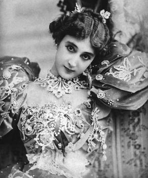 Carolina Otéro dite «la Belle Otéro» (1868-1965) toujours constellée de bijoux.